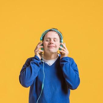 ヘッドフォンで音楽を聞いている男性の正面図
