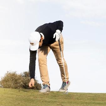 골프 필드에 남자의 전면보기