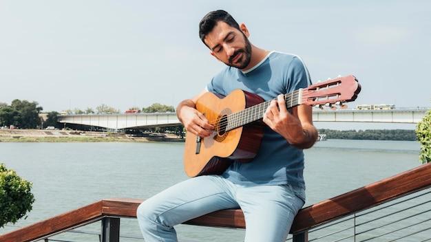 ギターを弾く男の正面図
