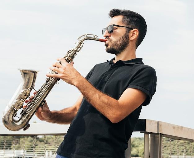 サックスを演奏する男の正面図