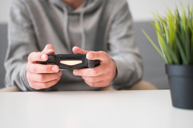 ビデオゲームをプレイする男の正面図
