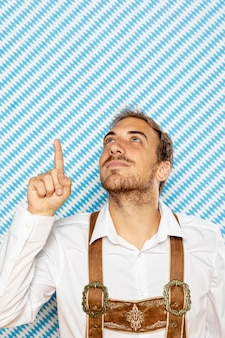 上を指している男の正面図