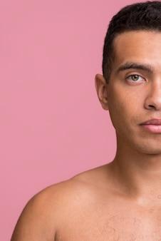 Вид спереди человека, позирующего, показывая половину лица с копией пространства