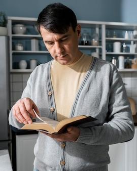 Вид спереди человека, читающего из библии
