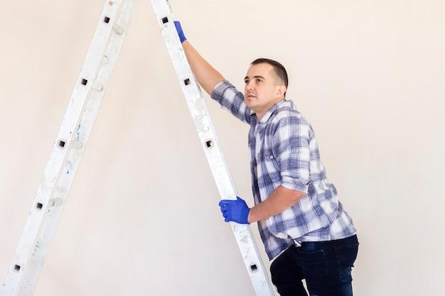 Вид спереди человека, идущего вниз по лестнице