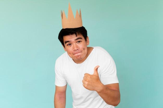 コピースペースと王冠を身に着けている男の正面図