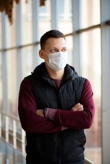 医療マスクを身に着けている男の正面図