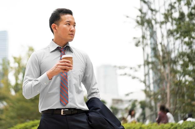 Вид спереди человека с чашкой кофе