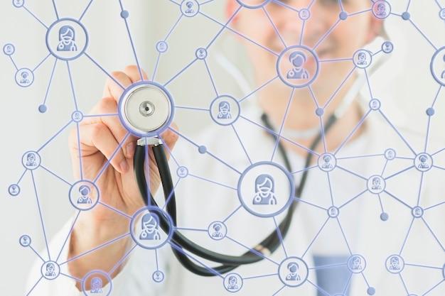 医療オーバーレイを持つ男の正面図 Premium写真