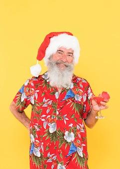 Вид спереди человека в тропической рубашке и рождественской шляпе