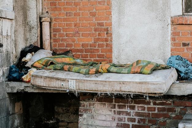 ホームレスの人々のためのマットレスと毛布の正面図