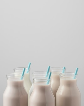ストローとコピースペースと牛乳瓶のトップの正面図