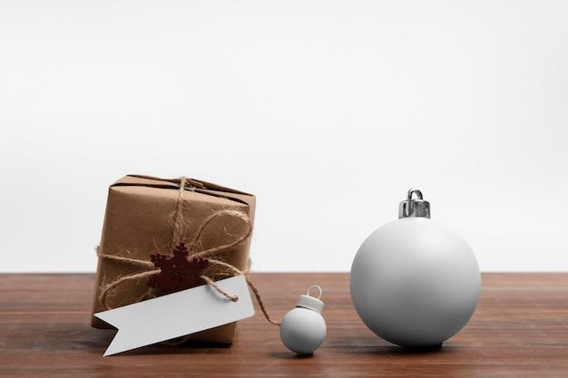 현재와 최소한의 크리스마스 값싼 물건 장식품의 전면보기