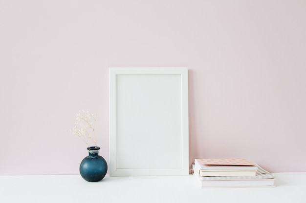 Вид спереди макета фоторамки с пустым пространством для текста на розовом