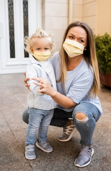 어머니와 의료 마스크와 아이의 전면보기