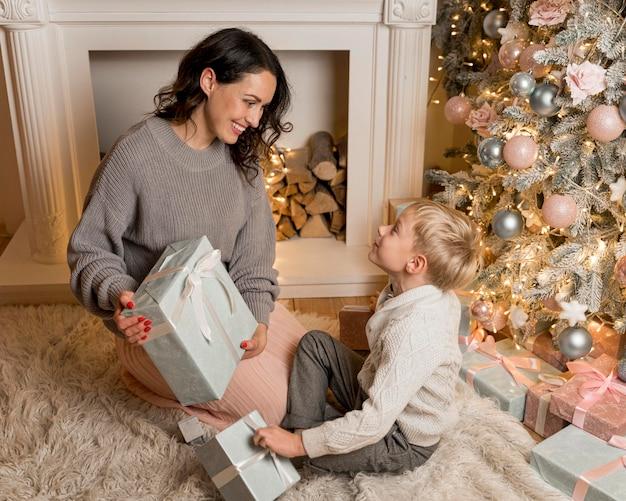 Вид спереди матери и сына на рождество