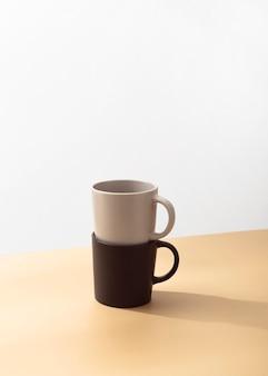 コピースペースを積み上げたマグカップの正面図