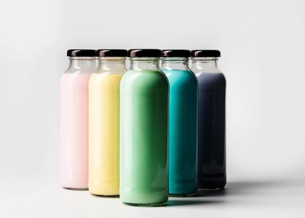Вид спереди разноцветных бутылок сока