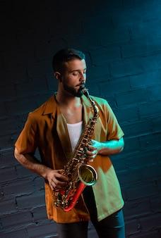 Вид спереди музыканта, играющего на саксофоне