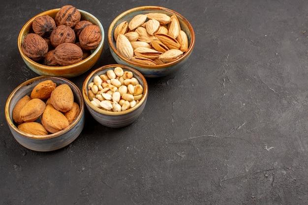 灰色の表面のナッツ組成クルミと他のナッツの正面図