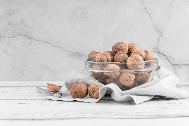 Вид спереди расположения орехов в миске