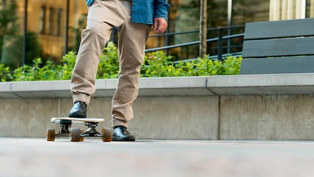 スケートボードを持つ老人の正面図