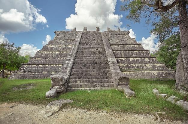 メキシコのチチェンイツァ考古学複合施設の1つのピラミッドの正面図