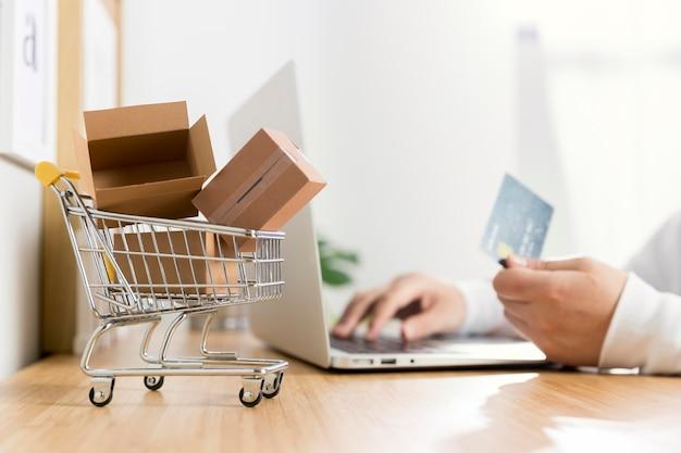 オンラインショッピングの概念の正面図 Premium写真