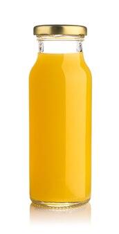 Вид спереди стеклянной бутылки апельсинового сока, изолированной на белом