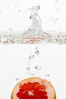 水中のオレンジスライスの正面図