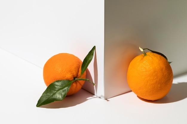 Вид спереди апельсинов рядом с углом