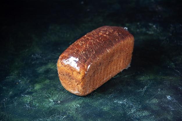 Вид спереди упакованного черного хлеба на синем и черном фоне смешанных цветов со свободным пространством