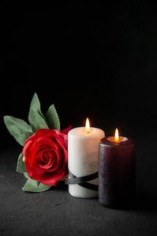 블랙에 촛불의 쌍의 전면보기