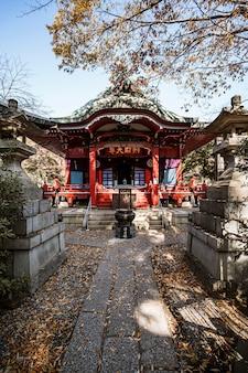 日本の寺院に向かう道の正面図