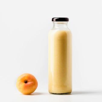 Вид спереди бутылки персикового сока