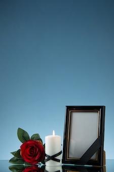 파란색 바닥 죽음 사악한 전쟁 장례식에 붉은 꽃과 액자의 전면보기