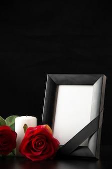블랙에 붉은 꽃 액자의 전면보기