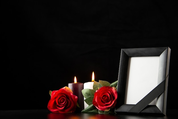 Рамка для картин с красными цветами на черном, вид спереди
