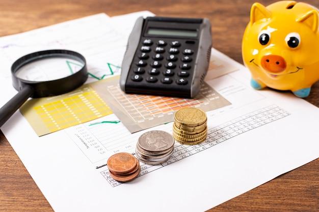 貯金箱と文房具の正面図