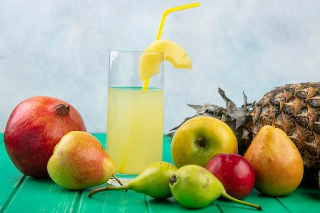 Вид спереди ананасового сока с ананасом сливы граната персик яблоко на зеленой поверхности и белой поверхности