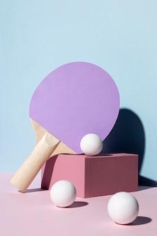 Вид спереди шариков для пинг-понга и ракетки