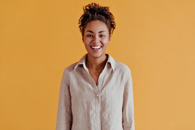 Вид спереди приятной женщины в рубашке