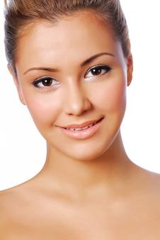 Вид спереди портретной чувственности молодой красивой женщины с идеальной кожей