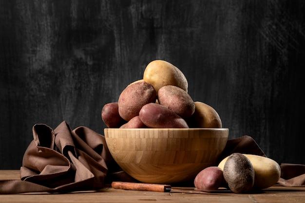 Вид спереди картофеля в миске
