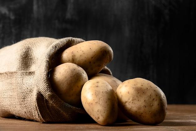 Вид спереди картофеля и мешковины