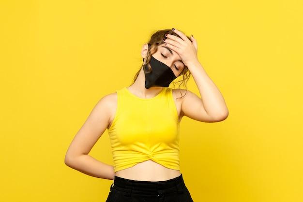 Вид спереди красивой женщины с температурой на желтом