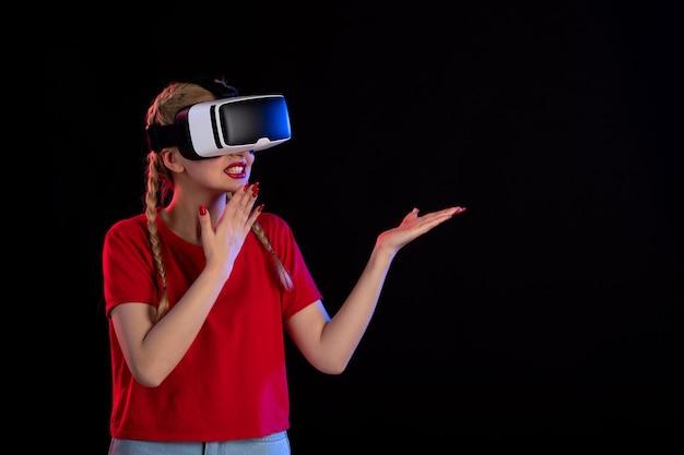어두운 초음파 판타지 게임 비주얼에 예쁜 여성 재생 vr의 전면보기
