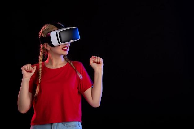 어두운 초음파 판타지 게임 영상에 예쁜 여성 재생 vr의 전면보기