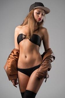 腰に手をつないで黒い下着のかわいい女の子の正面図。