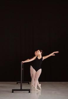 Вид спереди профессиональных балерин, репетирующих вместе с копией пространства
